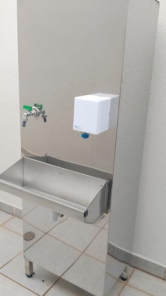 Cada vez mais existe a necessidade de evitar a contaminação cruzada. Com a utilização do sensor no bebedouro, o usuário evita esta contaminação, pois não toca em nada no momento de encher o copo ou garrafa com a água.